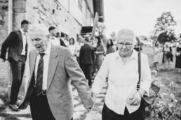Hochzeitsgäste, Großeltern bei Sommerhochzeit in Freyung, fotografiert von Martina Feicht, Hochzeitsfotografin