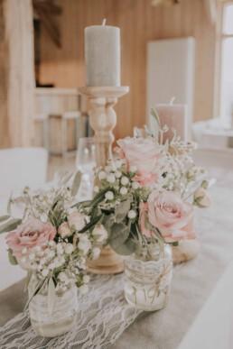 Dekoration Brauttisch bei Sommerhochzeit in Freyung, fotografiert von Martina Feicht, Hochzeitsfotografin