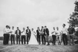 Hochzeitspaar und Freunde bei Sommerhochzeit in Freyung, fotografiert von Martina Feicht, Hochzeitsfotografin