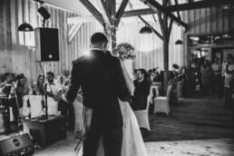 Braut und Bräutigam tanzen am Abend bei Sommerhochzeit in Freyung, fotografiert von Martina Feicht, Hochzeitsfotografin