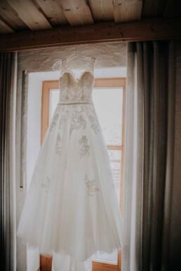 Brautkleid vor dem Getting Ready am Hochzeitsmorgen Braut und Bräutigam im Standesamt bei Herbsthochzeit in Niederbayern, aufgenommen von Martina Feicht Fotografie, Passau