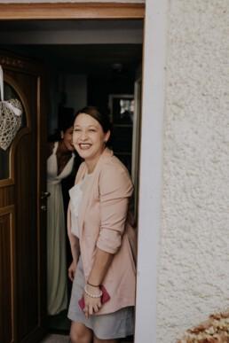 Trauzeugin fotografiert von Fotografin für Hochzeiten Martina Feicht, Passau