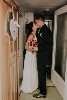 Brautpaar Zuhause fotografiert von Fotografin für Hochzeiten Martina Feicht, Passau