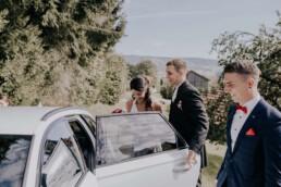 Brautpaar steigt ins Auto fotografiert von Fotografin für Hochzeiten Martina Feicht, Passau
