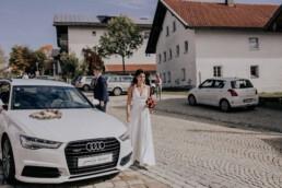 Braut vor dem Standesamt fotografiert von Fotografin für Hochzeiten Martina Feicht, Passau
