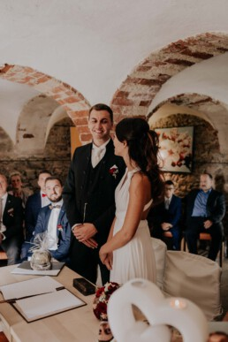 Glückliches Paar im Standesamt Sektempfang, fotografiert von Fotografin für Hochzeiten Martina Feicht, Passau