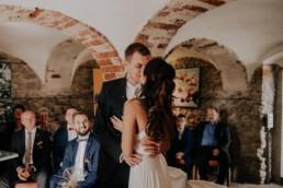 Erster Kuss als Mann und Frau Sektempfang, fotografiert von Fotografin für Hochzeiten Martina Feicht, Passau