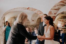 Standesbeamtin gratuliert, fotografiert von Fotografin für Hochzeiten Martina Feicht, Passau