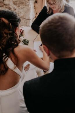 Standesamt Unterschrift, fotografiert von Fotografin für Hochzeiten Martina Feicht, Passau