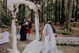 Momentaufnahme der Rede bei Hochzeitsfeier im Wald fotografiert von Fotografin Martina Feicht, Passau
