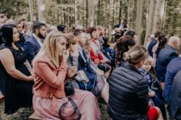Zu Tränen gerührte Gäste bei Hochzeitsfeier im Wald fotografiert von Fotografin Martina Feicht, Passau