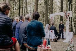 Gäste bei Hochzeitsfeier im Wald fotografiert von Fotografin Martina Feicht, Passau