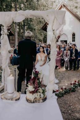 Trauung mit Trauredner bei Hochzeitsfeier im Wald fotografiert von Martina Feicht, Passau