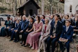 Gäste bei Hochzeitsfeier im Wald fotografiert von Martina Feicht, Passau