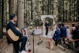 Hochzeitsfeier im Wald fotografiert von Martina Feicht Fotografie
