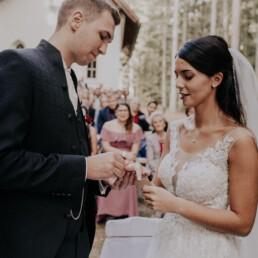 Ringe werden getauscht bei Hochzeit fotografiert von Martina Feicht Fotografie