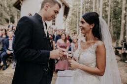 Szene Ring tauschen bei Hochzeit fotografiert von Martina Feicht Fotografie