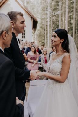 Freie Trauung im Wald, Hochzeit fotografiert von Martina Feicht Fotografie