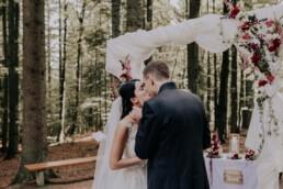 Kuss im Wald, Hochzeit fotografiert von Martina Feicht Fotografie