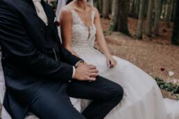 Frisch verheiratet, Waldhochzeit fotografiert von Martina Feicht Fotografie