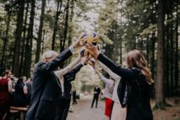 Spalier zur Trauung mit Volleybällen Martina Feicht Fotografie für Hochzeiten