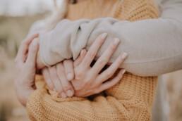 Herbstliches Paarshooting Nahaufnahme Hände mit Fotografin Martina Feicht, für Portraitshooting und Hochzeit in Passau
