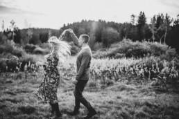 Paar in Schwarz Weiß im Herbst mit Fotografin Martina Feicht, für Portraitshooting und Hochzeit in Passau
