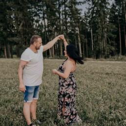 Lovestory im Wald fotografiert von Martina Feicht, für Portraitshooting und Hochzeit in Passau und Österreich