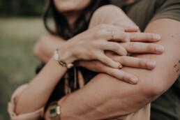 Nahaufnahme Hände mit Fotografin Martina Feicht, für Hochzeiten und Portraits in Passau