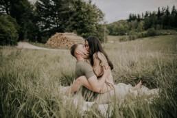 Paar in der Natur, Shooting mit Fotografin Martina Feicht, für Lovestorys und Hochzeiten in Passau