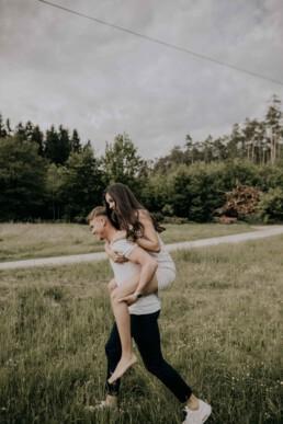 Paar Huckepack von Martina Feicht Fotografie, für Lovestory und Hochzeit in Passau