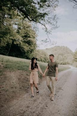 Walking together Lovestory Shoot mit Fotografin Martina Feicht, für Hochzeiten und Portraits in Passau