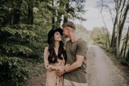 Pärchen im Wald Lovestory Shoot mit Fotografin Martina Feicht, für Hochzeiten und Portraits in Passau