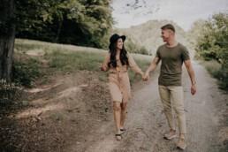 Glückliches Paar bei Lovestory Shoot mit Fotografin Martina Feicht, für Hochzeiten und Portraits in Passau