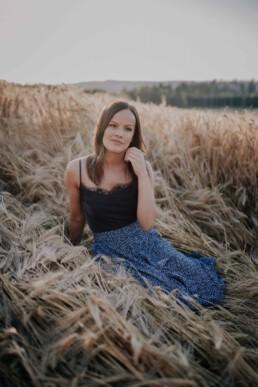 Portraitshooting im Weizenfeld von Fotografin Martina Feicht aus Passau