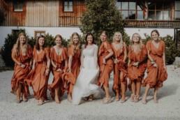 Brautjungfern und Brautpaar beim Gruppenbild mit Martina Feicht Fotografie