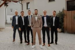 Bräutigam und seine Groommens Gruppenbild an der Hochzeitslocation von Martina Feicht Fotografie