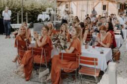 Brautjungfern applaudieren zum Tortenanschitt der Hochzeitstorte