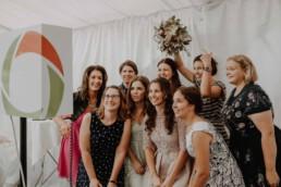Die Mädels haben Spass mit der Fotobox in der Hochzeitslocation und werden fotografiert auf der Hochzeit des Brautpaares in Passau