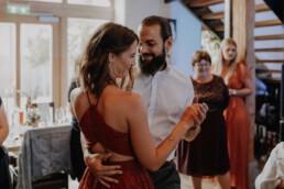 Eröffnungstanz des Brautpaares mit romantischer Musik und mit den Hochzeitsgästen fotografiert von Martina Feicht fotografie in Passau