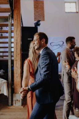 Hochzeitsgäste Tanzen auf der Tanzfläche und feiern das Brautpaar, Martina Feicht Fotografie, Passau