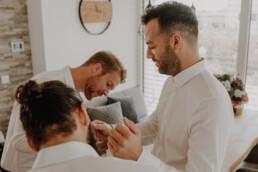 Getting Ready beim Bräutigam, Hand in Hand und den Bräutigam zu stylen