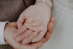 Hochzeitsringe und Eheringe werden hier in Händen gehalten in Passau von Martina Feicht Fotografie