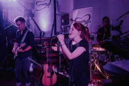 Hochzeitsband spielt dem Brautpaar einen Song in Passau