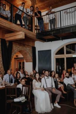 Diashow für das Brautpaar und eine Überraschung zugleich und wurde fotografiert von Martina Feicht Fotografie