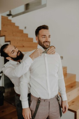 Die Fliege wird angelegt, Getting Ready beim Bräutigam, Hand in Hand und den Bräutigam zu stylen
