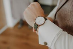 Bräutigam legt die schöne Uhr von Kerbholz an, die perfekt zu seinem Bräutigamoutfit passt