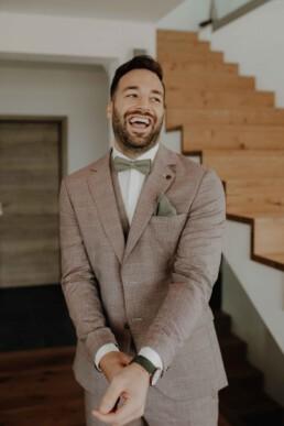Glücklicher Bräutigam am Tag seiner Hochzeit in Dingolfing und Österreich