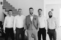 Die Freunde des Bräutigams machen ein Gruppenfoto kurz vor der Hochzeit