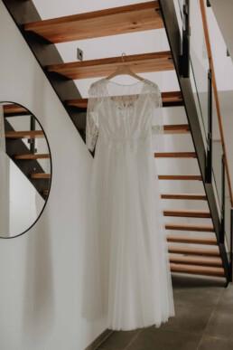 Das Getting Ready der Braut geht los und wir starten mit dem Fotografieren des Brautkleides